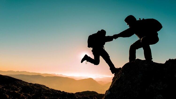 En pocas palabras, ayudar a otros podría prevenir los sentimientos de soledad (Shutterstock)