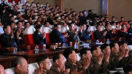 El alto funcionario Kim Yong-chol en un acto junto a Kim Jong-un (KCNA modificada por NK News)