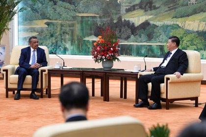 Tedros Adhanom, director general de la OMS, y el presidente chino Xi Jinping durante un encuentro en Beijing (Reuters)