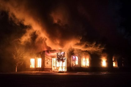 Una tienda en llamas tras un bombardeo en Stepanakert, el 3 de octubre de 2020.  Gor Kroyan/REUTERS
