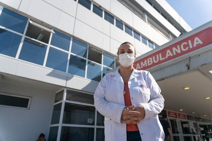 Ana Laura González (Directora Asociada del Hospital Gral. San Martín de La Plata), frente a la entrada de la guardia. (Foto: Franco Fafasuli)