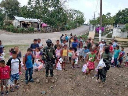 Los niños se arremolinaron ante los sicarios para recibir un obsequio (Foto: Facebook-Jarochitos Mitoteros)