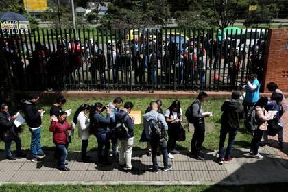 Foto de archivo. Personas hacen fila para llenar sus solicitudes mientras buscan oportunidades de trabajo en Bogotá, Colombia. 31 de mayo, 2019. REUTERS/Luisa González