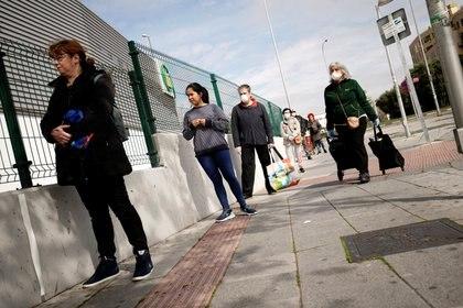 Distanciamiento social en la fila para ingresar a un supermercado de Madrid (Reuters)