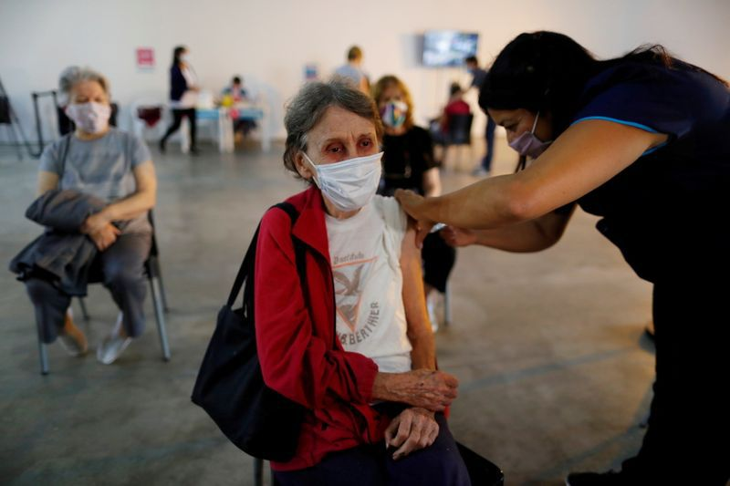 Según el informe, los USD 1.161 millones que tributa la producción de los departamentos de Río Cuarto, Marcos Juárez, San Martín y Tercero Arriba son suficientes para cubrir la provisión de esas vacunas contra el coronavirus. REUTERS/Agustin Marcarian
