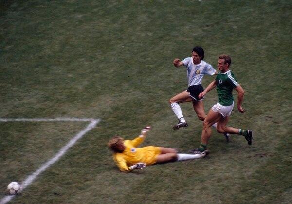 Burruchaga toca al gol para cerrar el 3-2 que consagró a Argentina (Foto: Getty Images)