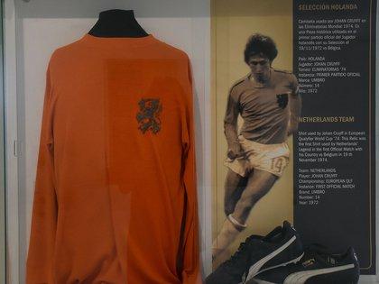 La camiseta y botines usados por Johan Cruyff en la selección de Holanda por las eliminatorias camino al Mundial 74 (Nicolas Stulberg)