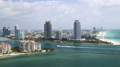 Fisher Island, en primer plano, frente a Miami Beach. Allí están refugiados del coronavirus decenas de multimillonarios y famosos. (Getty)