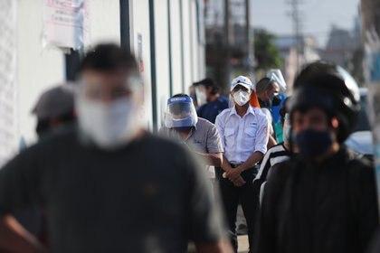 Las autoridades piden a los más jóvenes que se acerquen para ofrecerse como voluntarios de mesa (REUTERS/Henry Romero)
