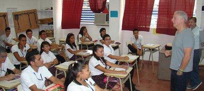 Alejando Gutman durante una charla en una escuela de El Salvador (Foto: Fundación Forever)