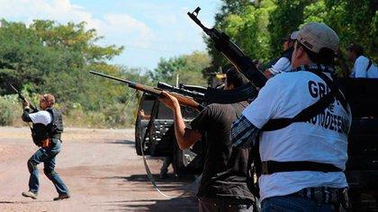 En la imagen, un grupo de autodefensas de Michoacán, donde el narco intentará asegurarse tierras y espacio electoral (Foto: Archivo)