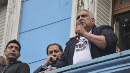 """El líder del sindicato UOCRA platense, Juan Pablo """"Pata"""" Medina, habla a los trabajadores desde el balcón de la sede gremial en La Plata (NA)"""
