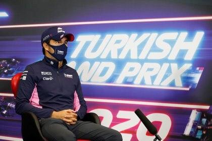 Sergio Pérez habló sobre las opciones para continuar en la máxima categoría de la Fórmula Uno el próximo año (Foto: FIA/Handout via REUTERS)