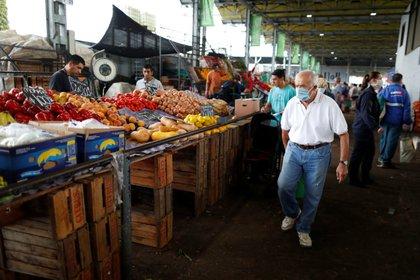 El beneficio social se mantiene congelado pese a que los alimentos se encarecen todos los meses (Reuters)