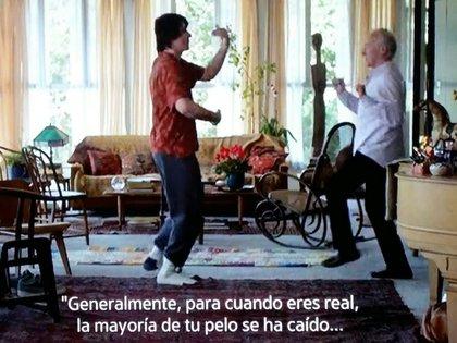 Una escena de Beginners: el protagonista, de 75 años, asume que es gay y se pone de novio.