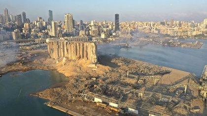 Los daños que dejó la explosión de 2.750 toneladas de nitrato de amonio en el puerto de la capital del Líbano y dejó un saldo de al menos 150 muertos, más de 6 mil heridos y cerca de 300.000 personas sin hogar  (AP Photo/Hussein Malla)