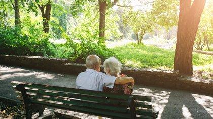 Una persona que llegó a los 60 años tiene la posibilidad de vivir casi tantos años como los que vivió de adulto  (Shutterstock)