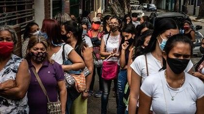Decenas de mujeres esperan fuera de la sede de Plafam, una de las pocas clínicas sin fines de lucro que sigue colocando parches anticonceptivos, aunque no alcanza a abastecer la demanda.