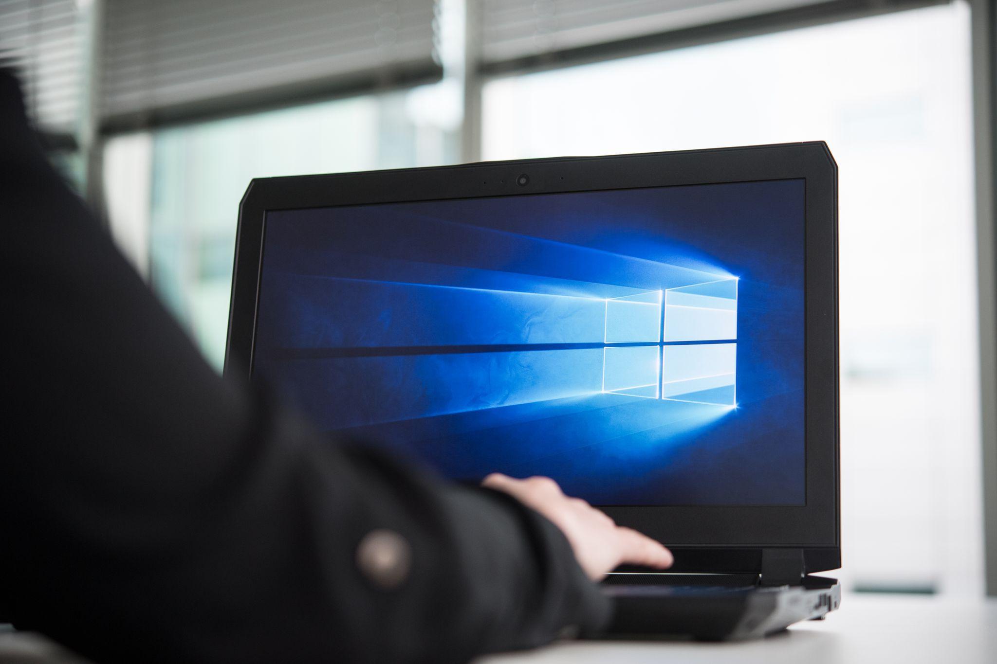 ILUSTRACIÓN - Los programas antivirus, como el Microsoft Defender que viene con Windows 10, ofrecen protección contra troyanos, programas espía y otras amenazas de Internet. Foto: Robert Günther/dpa
