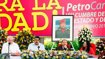 Nicolás Maduro y Daniel Ortega de Nicaragua en una cumbre de Petrocaribe