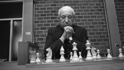 El reinado de Najdorf -ocho campeonatos argentinos- se mantiene, pero los siete títulos de Flores -con solo 36 años- lo jaquea, sin dejar de reconocer los logros del polaco naturalizado argentino.