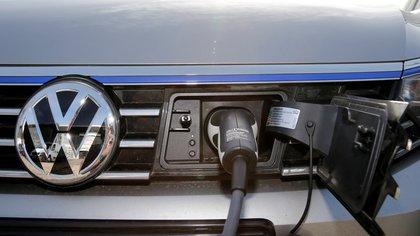 El enchufe de carga de un Volkswagen Passat eléctrico en una estación de carga en un concesionario VW en Berlín (REUTERS/Fabrizio Bensch/Archivo Foto)