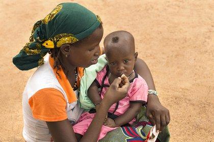 01/01/1970 Una madre da de comer a su hijo desnutrido en Burkina Faso POLITICA AFRICA BURKINA FASO INTERNACIONAL © UNICEF/JADWIGA FIGULA