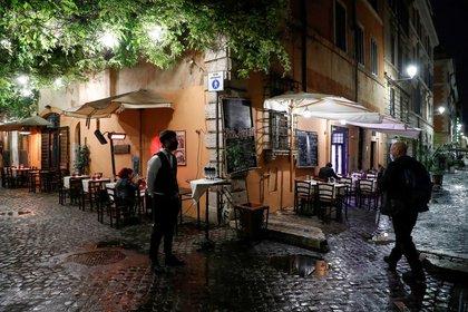 IMAGEN DE ARCHIVO. Mesas vacías fuera de un restaurante, en momentos en que el país endurece restricciones en un esfuerzo para controlar el aumento de casos de COVID-19, en Roma, Italia, Octubre 14, 2020. REUTERS/Remo Casilli