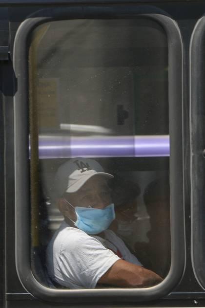 El uso de cubrebocas como medida precautoria ante la pandemia del COVID-19 se vuelve algo cotidiano en personas de la ciudad.