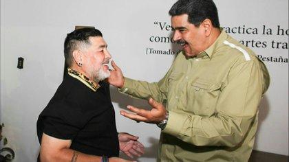 """El exfutbolista argentino Diego Armando Maradona fue recibido el martes en Caracas por el presidente de Venezuela, Nicolás Maduro, quien le agradeció su """"apoyo incondicional""""."""