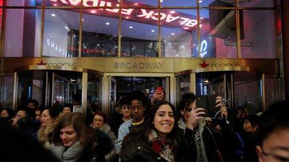 La gente entra a Macy's Herald Square durante la apertura temprana de las ventas del Viernes Negro en Manhattan, Nueva York, Estados Unidos el 23 de noviembre de 2017 (Reuters)