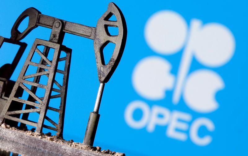 FOTO DE ARCHIVO. Imagen de ilustración de una bomba de petróleo impresa en 3D frente al logo de la OPEP. 14 de abril de 2020. REUTERS/Dado Ruvic/Archivo