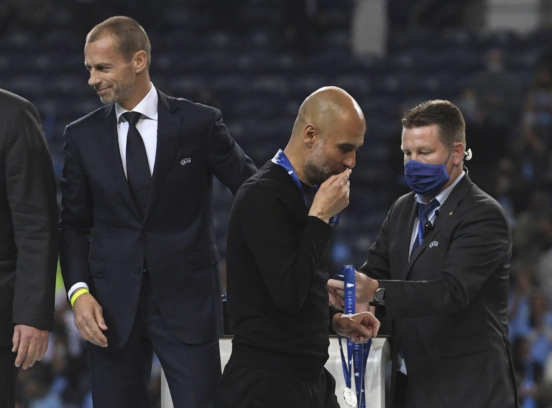 Guardiola besó la medalla del segundo puesto (REUTERS/Pierre-Philippe Marcou)