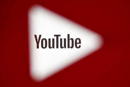 ARCHIVO: A 3D-printed YouTube icon is seen in front of a displayed YouTube logo in this illustration taken October 25, 2017. REUTERS/Dado Ruvic/Ilustration/File Photo
