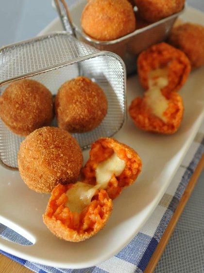 Los suppli, croquetas de arroz similares a los arancini, pero hechas con salsa de tomate y queso, son sin dudas uno de los platos preferidos de los niños (Instagram / @nonsolodolcedilorena)