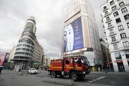 Un camión de la Unidad de Emergencia Militar (UME) patrulla durante el cierre parcial como parte de un estado de emergencia de 15 días para combatir el brote de la enfermedad por coronavirus en Madrid, España, 16 de marzo de 2020. (REUTERS / Juan Medina)