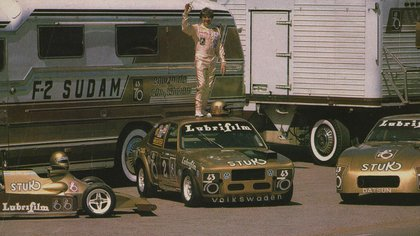 El Loco Di Palma y todo su equipo a pleno en 1983: a la izquierda aparece su Fórmula 2 Codaur; en el medio, él subido al VW 1500 de TC 2000 y a la derecha asoma la cupé Datsun del Club Argentino de Pilotos (Archivo CORSA).