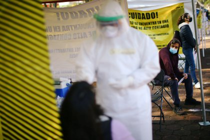 People line up to conduct tests for the coronavirus disease (COVID-19) at a temporary testing site in Mexico City, Mexico October 15, 2020. REUTERS/Edgard Garrido