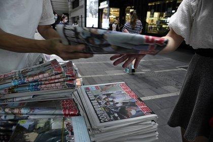 """""""Apple Daily seguirá luchando"""", dijo el periódico en su portada. (AP Photo/Vincent Yu)"""