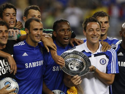 (L-R) Chelsea FC team members: Juliano Belletti, Franco DiSanto, Ricardo Carvalho, Ross Turnbull, Didier Drogba, John Terry, Branislav Ivanovich, and Nicolas Anelka pose with the World Football Challenge Champion trophy after beating Club America in their World Football Challenge match in Arlington, Texas July 26, 2009. REUTERS/Jessica Rinaldi (UNITED STATES SPORT SOCCER)