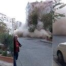 El momento en que un edificio colapsa en la ciudad turca de Esmirna (Ragip Soylu/Twitter)