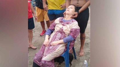 A los pescadores les llamó la atención que la mujer lograra avanzar en el mar vestida con zapatos y jeans. Así fue como la encontraron / Twitter: SusanadeleonC