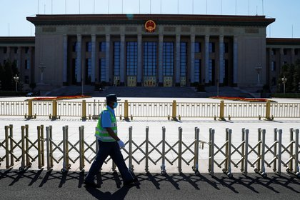 Un guardia de seguridad pasa por el Gran Salón del Pueblo, sede del próximo Congreso Nacional del Pueblo (APN) en Beijing, China, el 19 de mayo de 2020. REUTERS / Thomas Peter