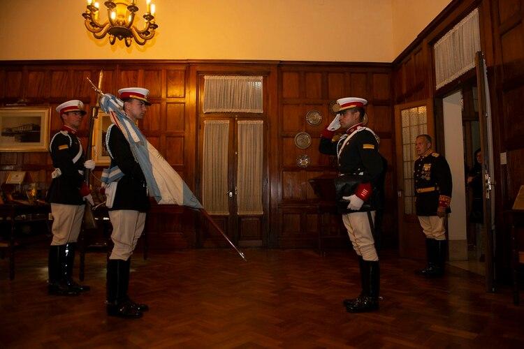 La bandera es portada y escoltada por cadetes que cursan el cuarto año (Gastón Taylor)