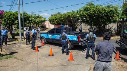Policías nicaragüenses cercan la casa del comentarista Jaime Arellano desde el sábado para impedir su salida, luego que este llamara a una movilización para este 25 de febrero (Cortesía La Prensa)