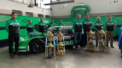 Con el Chevrolet de TC y las cuatro Copas de Oro de Agustín (@canapino).