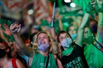 Manifestantes a favor de la legalización del aborto en las afueras del Congreso argentino, mientras los senadores debatían la norma, en Buenos Aires el 30 de diciembre de 2020 (REUTERS/Agustin Marcarian)