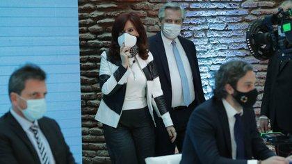 Cristina y Alberto ingresan al Museo del Bicentenario a hacer el anuncio del canje de la deuda. Santiago Cafiero y Sergio Massa ya estaban sentados, esperándolos. (Presidencia)