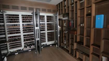 En uno de los departamentos se instaló una cava para 500 botellas de vino. (Foto: Cuartoscuro)