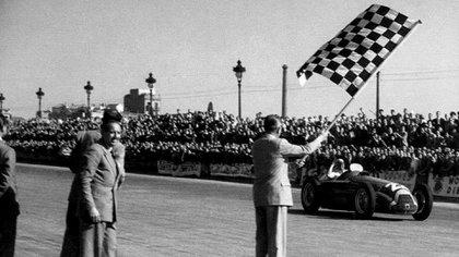 Fangio ganando en Pedralbes en 1951, cuando logró su primer título (Facebook Museo Fangio).
